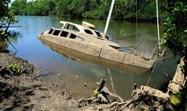 Barco parcialmente afundado do Derelict em uma angra imagens de stock