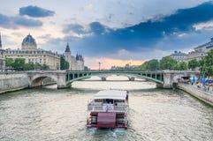 Barco parisiense no Seine River no por do sol Fotografia de Stock Royalty Free