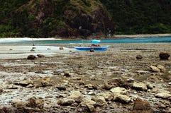 Barco parqueado en rocas Foto de archivo