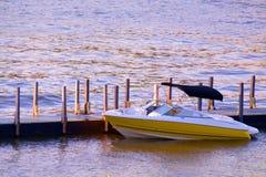 Barco pelas docas Fotos de Stock Royalty Free