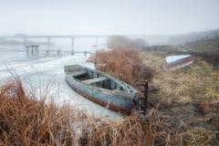 Barco pelo rio imagem de stock