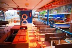 Barco pelo rio em Banguecoque de Tailândia Fotografia de Stock Royalty Free