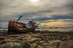 barco perdido na baía tailandesa Imagens de Stock