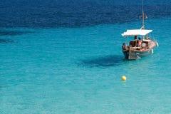 Barco perto da costa Fotos de Stock