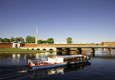 Barco perto da fortaleza de Peter e de Paul em St Petersburg Imagens de Stock Royalty Free