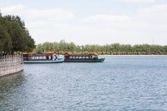 Barco perto da vila velha de China Fotografia de Stock