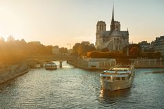 Barco perto de Notre Dame Foto de Stock