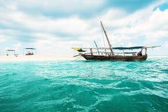 Barco perto do banco branco da areia em Zanzibar fotografia de stock royalty free
