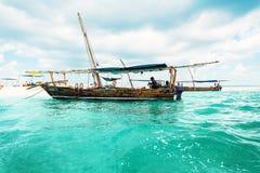 Barco perto do banco da areia na água azul em Zanzibar imagem de stock royalty free