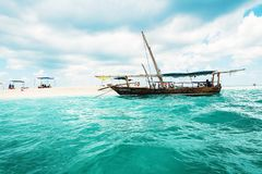 Barco perto do banco da areia no oceano em Zanzibar imagens de stock royalty free