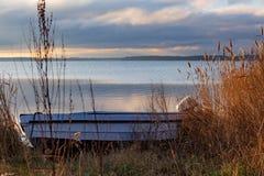 Barco perto do lago imagens de stock
