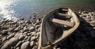 Barco perto do rio da montanha Imagens de Stock