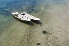 Barco pesquero en la orilla, Nusa Lembogan, Bali, Indonesia de dos blancos Imágenes de archivo libres de regalías