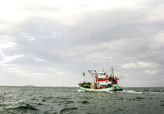 Barco pesquero local de madera Imágenes de archivo libres de regalías