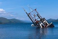 Barco pesquero parcialmente sumergido en el lago Linnie Imagen de archivo libre de regalías