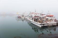 Barco pesquero por una mañana brumosa de niebla imagenes de archivo
