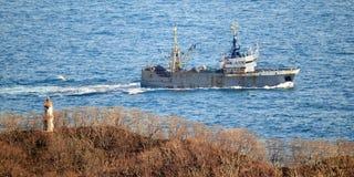 Barco pesquero que vuelve al puerto Imagen de archivo libre de regalías