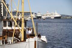 Barco pesquero viejo delante de trazadores de líneas modernos de la travesía Imagen de archivo libre de regalías