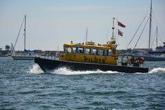Barco piloto do porto de Poole imagens de stock