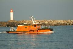Barco piloto que deixa de funcionar através das ondas que entram no porto Fotos de Stock