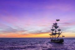 Barco pirata debajo de un cielo violeta imagen de archivo libre de regalías