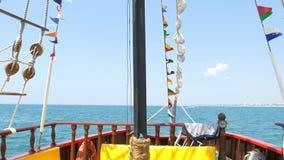 Barco pirata del mar Visión desde la cubierta de un velero Fragata naval metrajes