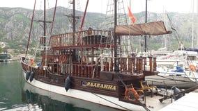 Barco pirata en el puerto de Kotor imagen de archivo