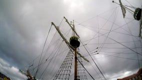 Barco pirata en una tormenta en un puerto almacen de metraje de vídeo