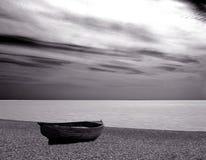 Barco, playa, movemet del mar Foto de archivo