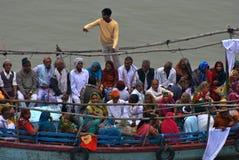 Barco por completo de la gente en el río Ganges Fotos de archivo