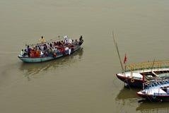 Barco por completo de la gente en el río Ganges Foto de archivo