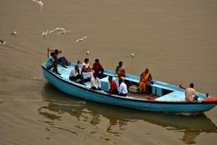 Barco por completo de la gente en el río Ganges Fotografía de archivo libre de regalías