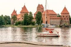 Barco por el castillo de Trakai Foto de archivo libre de regalías