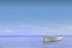Barco por el mar Foto de archivo libre de regalías