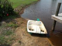 Barco por la charca foto de archivo libre de regalías