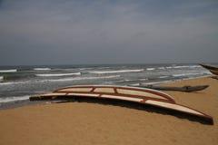 Barco por la playa Imagenes de archivo