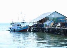 Barco por uma casa em Sorong fotos de stock