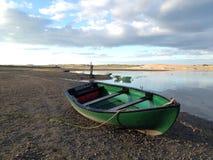 Barco por un estuario Fotografía de archivo