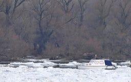 Barco prendido no Danube River congelado Imagens de Stock Royalty Free