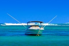 Barco profundo de la pesca en mar en el ancla imagen de archivo libre de regalías