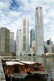 Barco Quay Singapur de los taxis y de los rascacielos del agua Imagenes de archivo