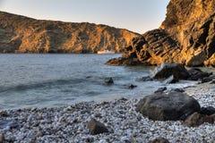 Barco que ancora em uma baía no litoral da Creta imagem de stock royalty free