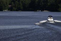 Barco que apresura en un lago Fotografía de archivo libre de regalías