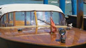 Barco que balança no cais de Veneza, viagem da água como a atração turística, recreação vídeos de arquivo