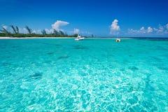 Barco que bucea en el mar del Caribe del turquise Fotos de archivo libres de regalías
