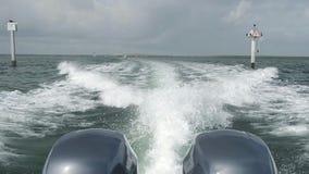 Barco que cruza de la cámara lenta almacen de metraje de vídeo