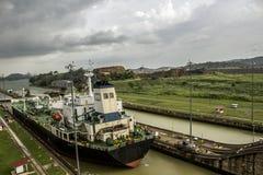 Barco que cruza el Canal de Panamá Fotografía de archivo