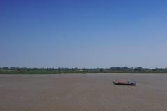 Barco que cruza el río Mekong Fotos de archivo