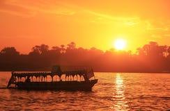 Barco que cruza el río Nilo en la puesta del sol, Luxor fotografía de archivo
