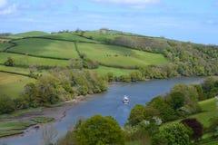 Barco que cruza o dardo do rio perto de Dartmouth Reino Unido Foto de Stock
